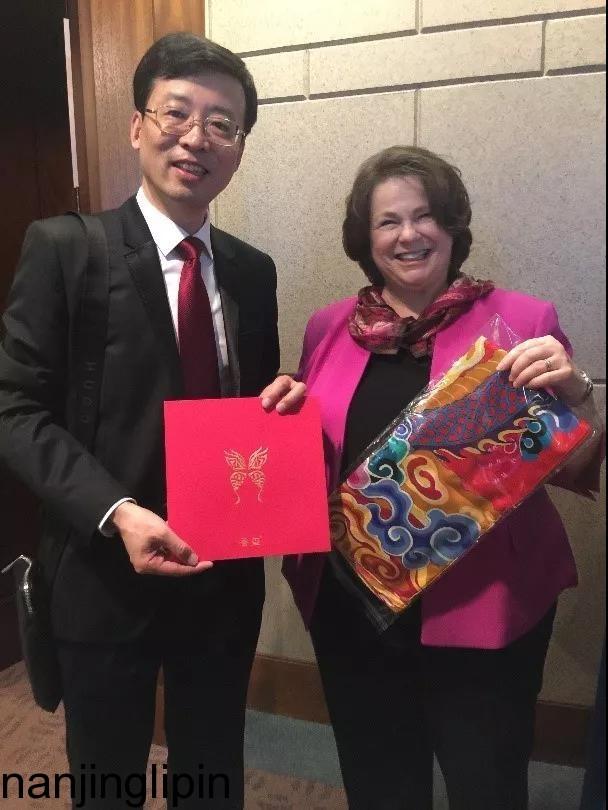 南京春节礼品定制|奥罗拉丝绸礼品|给妈妈一份温暖的保护